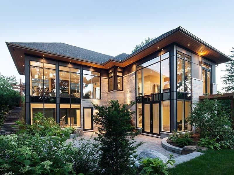 красивые фасады частных домов фото из стекла помешает